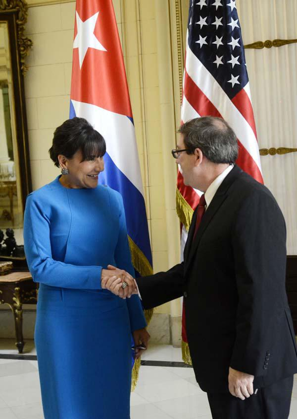 U.S. Commerce Secretary Penny Pritzker is received by Cuban Foreign Minister Bruno Rodríguez.