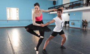 Lead dancer Viengsay Valdés and soloist Ariel Martínez rehearsing the duo for Oscurio, a piece featuring the classic tutu but with a non-traditional structure.