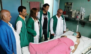 Lisandra with members of the transplant team. From left to right: Doctor Armando Caballero López, head of the Intensive Care Unit; surgeon Emilio José Nieto Cárdenas; Milagros Hernández, transplant coordinator for the country's central region; Osmany Hern