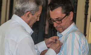 José Ramón Balaguer, head of the Communist Party of Cuba Central Committee's International Relations Department, presents José Luis Centella, secretary general of the Communist Party of Spain (PCE), with the Friendship Medal.