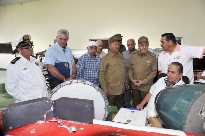Raúl continues tour of nation's military industry