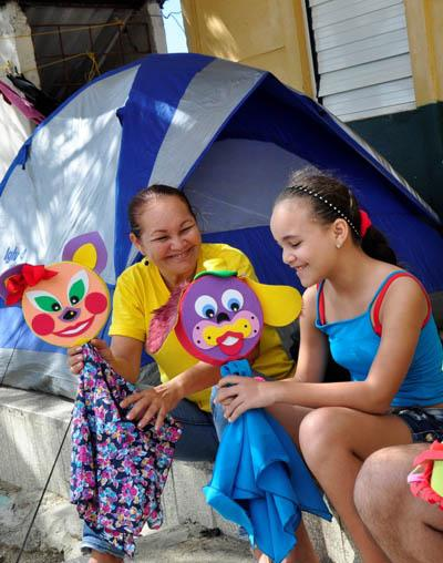 Children enter the world of puppetry in the hands of the actors.