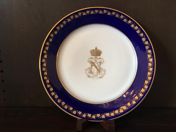 Among the valuable tableware that the Museum of the City treasures today is this dish with the coat of arms of Napoleon Bonaparte.