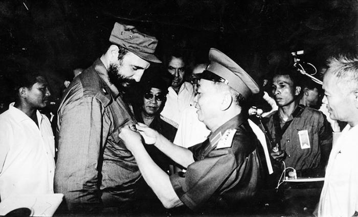 General Vu Nguyen Giap, Vietnam's minister of Defense, awarded Fidel a medal symbolizing the historic victory of Dien Bien Phu.