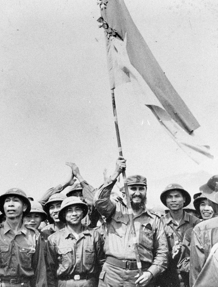 Fidel raises the flag of victory.