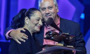 Cuban Culture Minister Alpidio Alonso Grau presenting Beatriz Márquez with the 2018 Cubadisco Grand Prize.