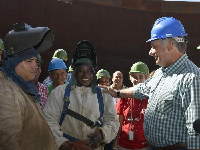 Cuban president with workers